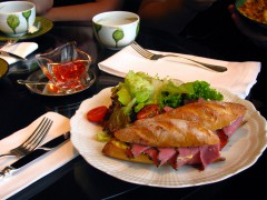 Сэндвич на тарелке